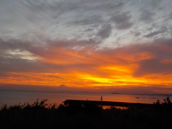 金曜日「しぜん」今日も美しい夕日を前にできた。